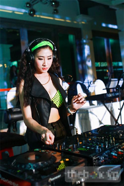Trang phục diễn nóng bỏng của các DJ sexy nhất Vbiz - Ảnh 12
