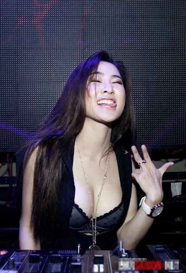 Trang phục diễn nóng bỏng của các DJ sexy nhất Vbiz - Ảnh 13