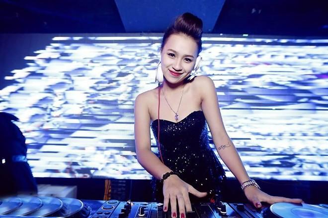Trang phục diễn nóng bỏng của các DJ sexy nhất Vbiz - Ảnh 17