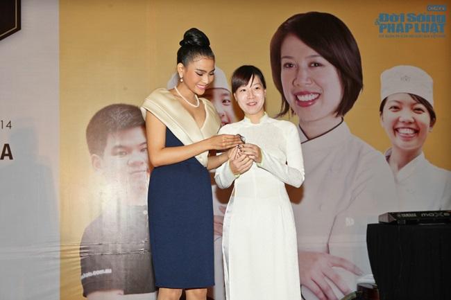 Trương Thị May bán đồng hồ 16.000 USD làm từ thiện - Ảnh 5