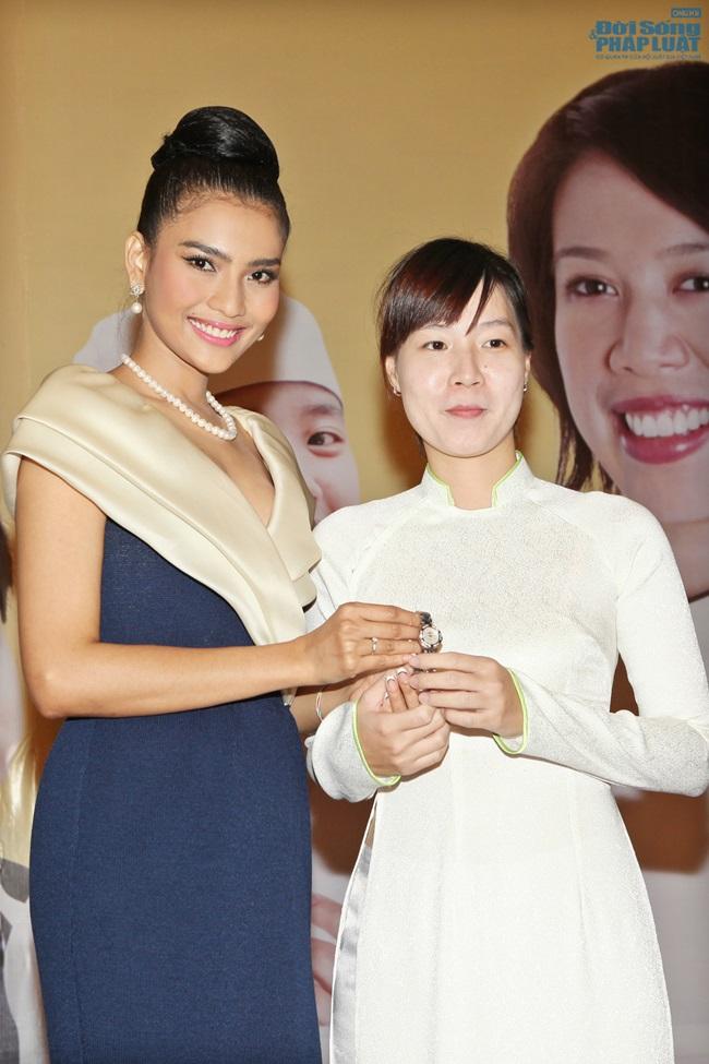 Trương Thị May bán đồng hồ 16.000 USD làm từ thiện - Ảnh 7