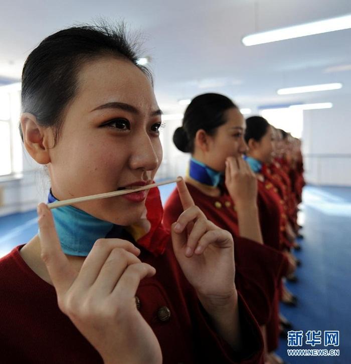 Bên trong lò luyện tiếp viên hàng không Trung Quốc - Ảnh 2