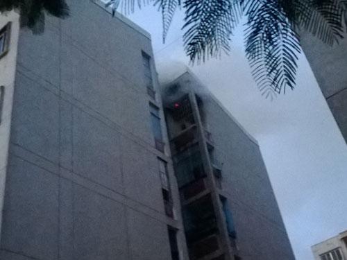 Cháy chung cư Mười mẫu, hàng trăm người hốt hoảng tháo chạy - Ảnh 1