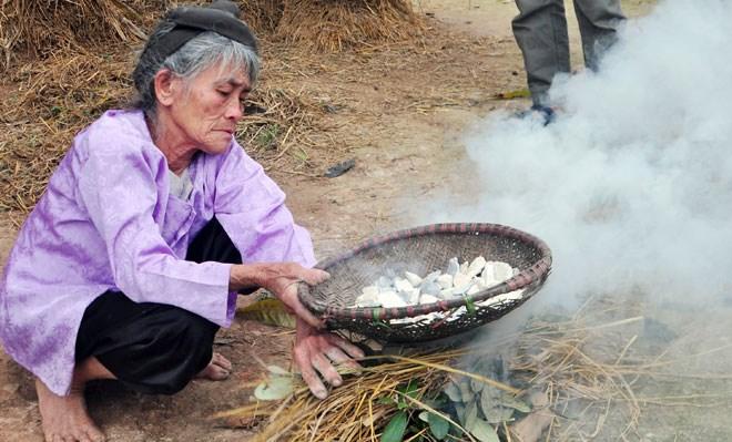 """Những người """"ăn đất"""" cuối cùng ở ngôi làng """"chuyện lạ Việt Nam"""" - Ảnh 1"""