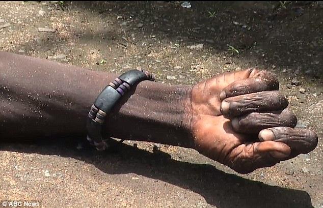 Hoảng sợ thi thể nạn nhân Ebola đột nhiên sống lại - Ảnh 2