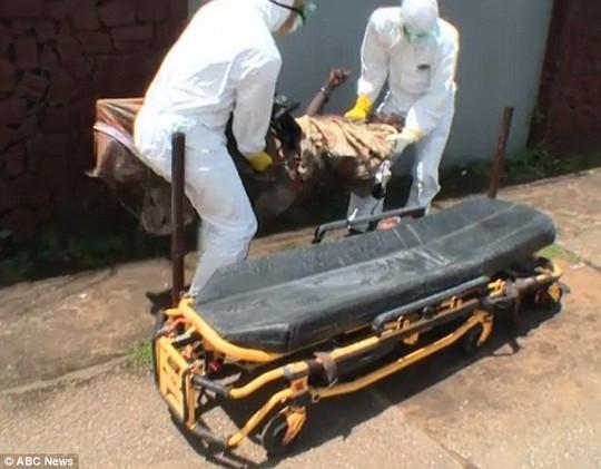 Hoảng sợ thi thể nạn nhân Ebola đột nhiên sống lại - Ảnh 3
