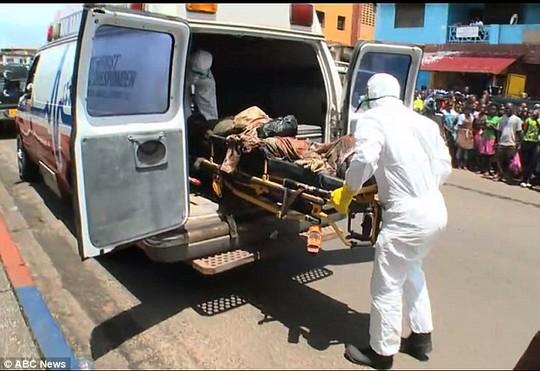 Hoảng sợ thi thể nạn nhân Ebola đột nhiên sống lại - Ảnh 4