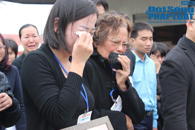 Gia đình khóc ngất đón thi thể 3 mẹ con người Việt trong vụ MH17 - Ảnh 9