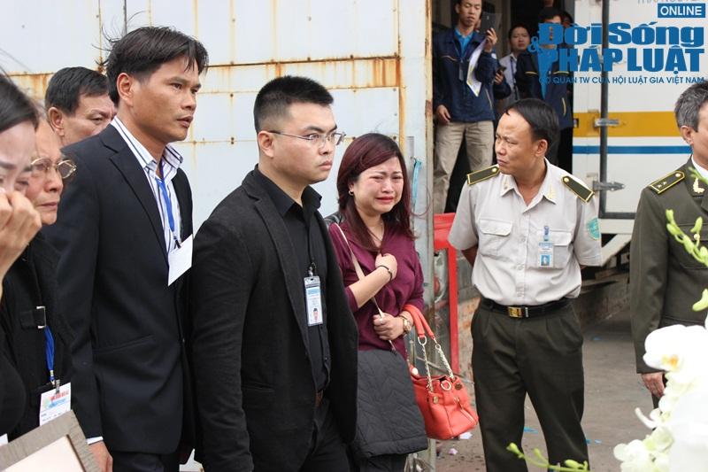 Gia đình khóc ngất đón thi thể 3 mẹ con người Việt trong vụ MH17 - Ảnh 3
