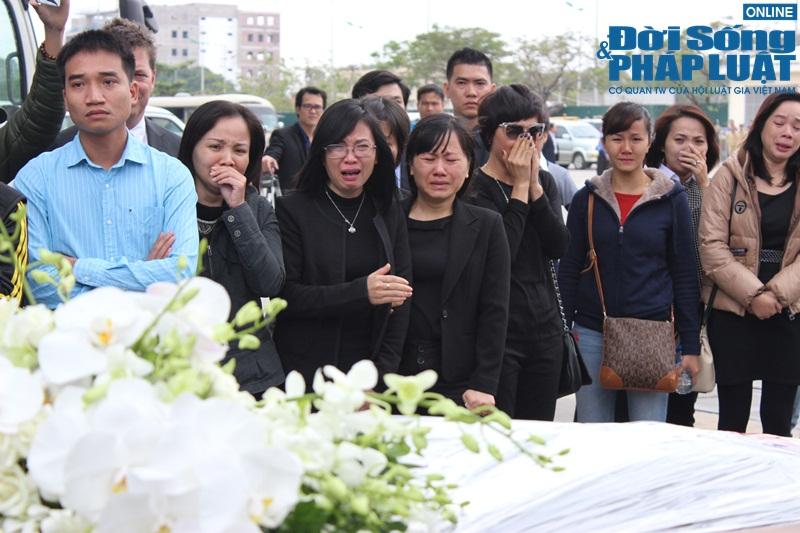 Gia đình khóc ngất đón thi thể 3 mẹ con người Việt trong vụ MH17 - Ảnh 5