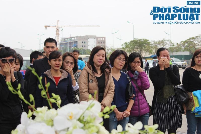 Gia đình khóc ngất đón thi thể 3 mẹ con người Việt trong vụ MH17 - Ảnh 4