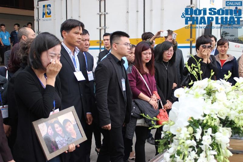 Gia đình khóc ngất đón thi thể 3 mẹ con người Việt trong vụ MH17 - Ảnh 6