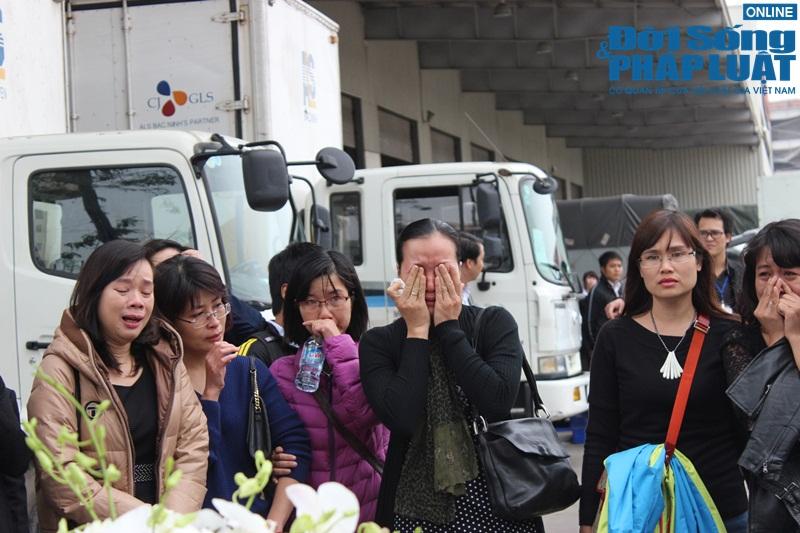 Gia đình khóc ngất đón thi thể 3 mẹ con người Việt trong vụ MH17 - Ảnh 7