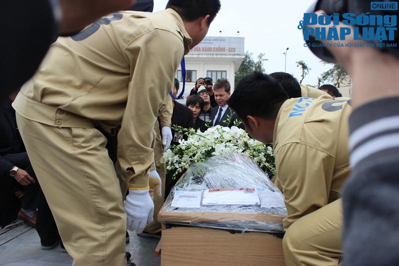 Gia đình khóc ngất đón thi thể 3 mẹ con người Việt trong vụ MH17 - Ảnh 10