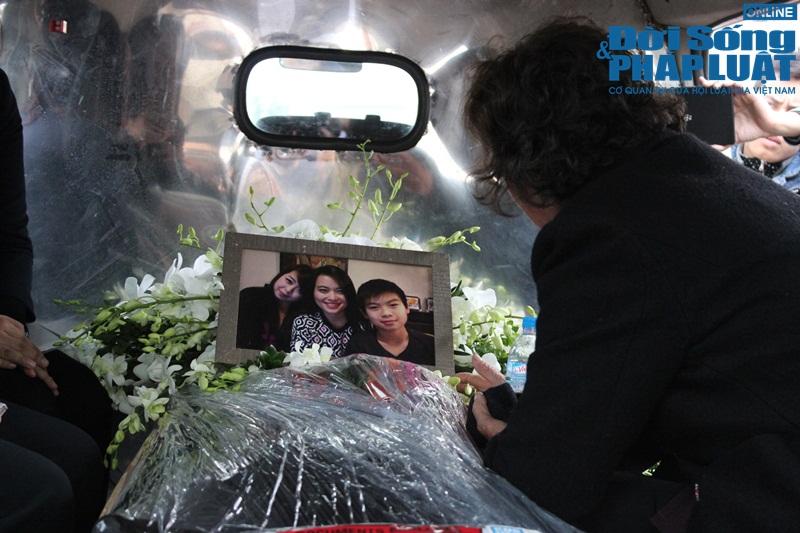 Gia đình khóc ngất đón thi thể 3 mẹ con người Việt trong vụ MH17 - Ảnh 12