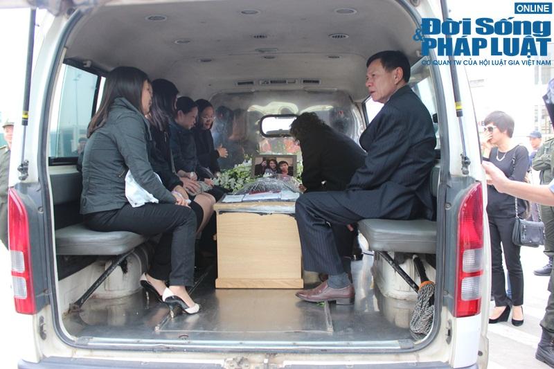 Gia đình khóc ngất đón thi thể 3 mẹ con người Việt trong vụ MH17 - Ảnh 13