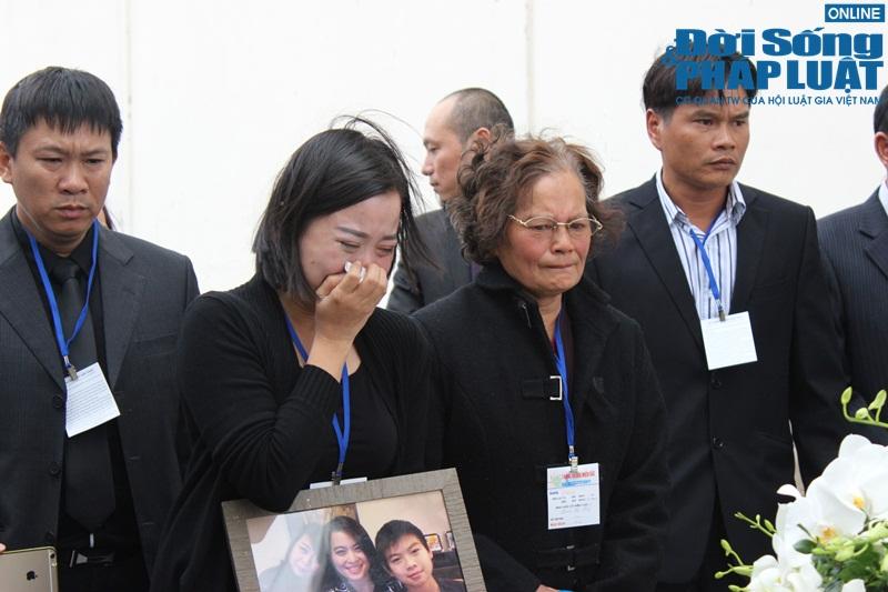 Gia đình khóc ngất đón thi thể 3 mẹ con người Việt trong vụ MH17 - Ảnh 2