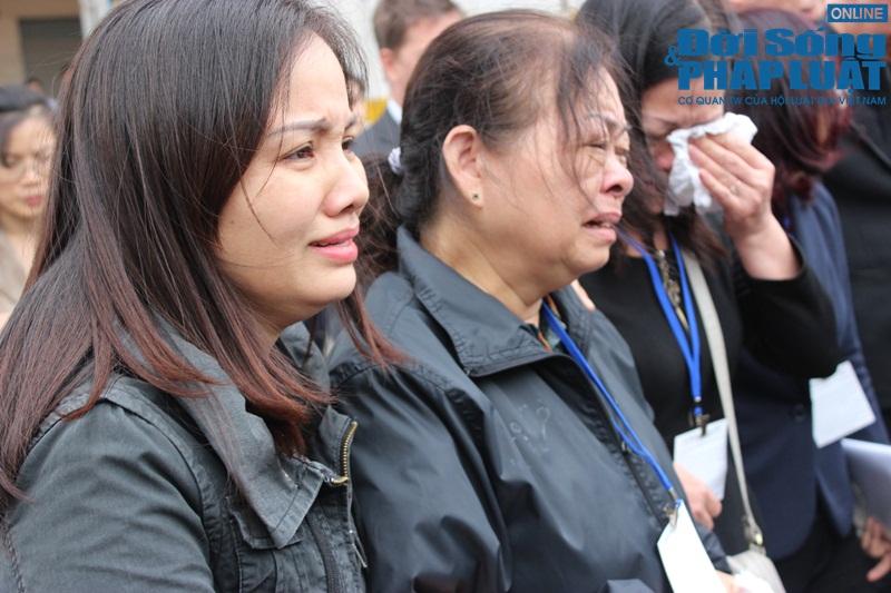 Gia đình khóc ngất đón thi thể 3 mẹ con người Việt trong vụ MH17 - Ảnh 8