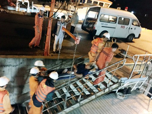 Khẩn cấp đưa một ngư dân nguy kịch vào bờ cấp cứu - Ảnh 1