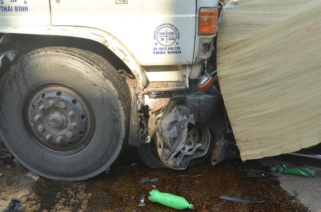 Ôtô 7 chỗ biến dạng dưới đầu xe tải, 4 người chết - Ảnh 2