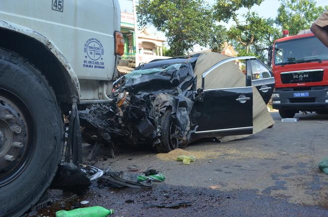 Ôtô 7 chỗ biến dạng dưới đầu xe tải, 4 người chết - Ảnh 3