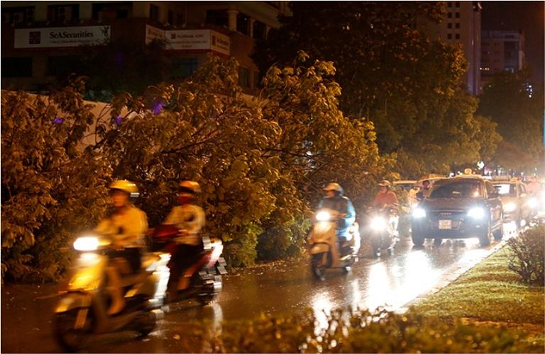 Chiều tối nay, Hà Nội có mưa lớn và giông lốc mạnh - Ảnh 1