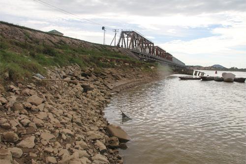 Đường sắt Bắc Nam bị sông Lam đe dọa - Ảnh 1