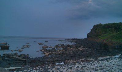 Quảng Ngãi: Dân bỏ đồng ruộng, đổ xô ra biển khai thác đá đen - Ảnh 1