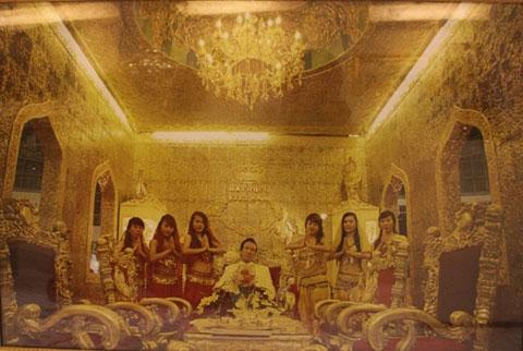 Từ đi nhặt lông vịt để bán đến xây biệt thự dát vàng ròng để ở - Ảnh 3