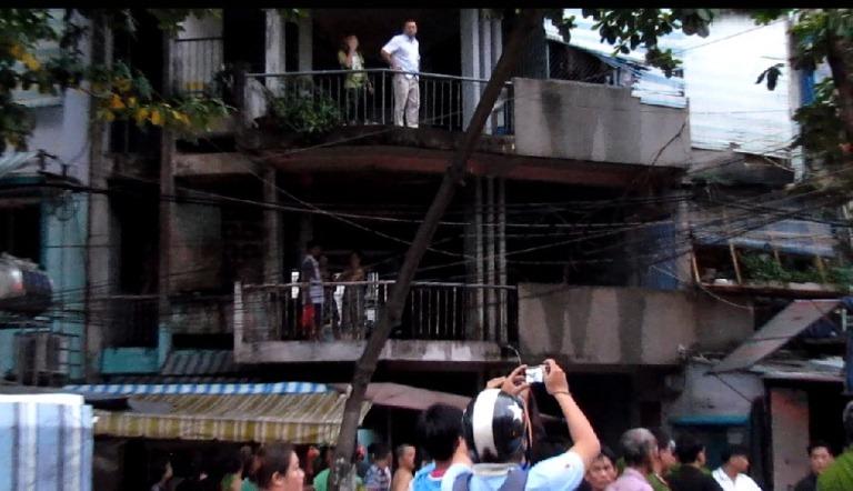 TP.HCM: Chung cư bốc cháy dữ dội, người dân đập cửa cứu hỏa - Ảnh 1