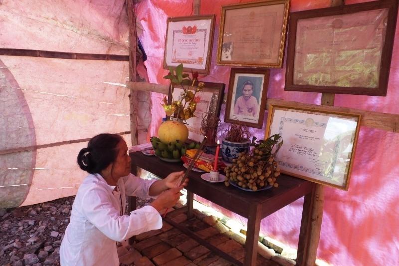 Xót xa con gái dựng lều làm chỗ thờ Mẹ Việt Nam Anh hùng - Ảnh 1