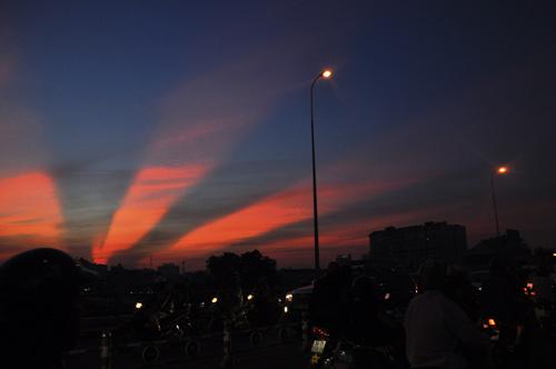 Xuất hiện tia sáng kì lạ trên bầu trời TP.HCM  - Ảnh 1