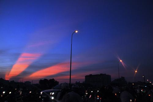 Xuất hiện tia sáng kì lạ trên bầu trời TP.HCM  - Ảnh 2