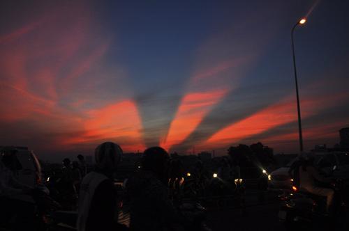Xuất hiện tia sáng kì lạ trên bầu trời TP.HCM  - Ảnh 3