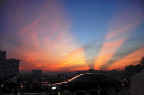 Xuất hiện tia sáng kì lạ trên bầu trời TP.HCM  - Ảnh 4