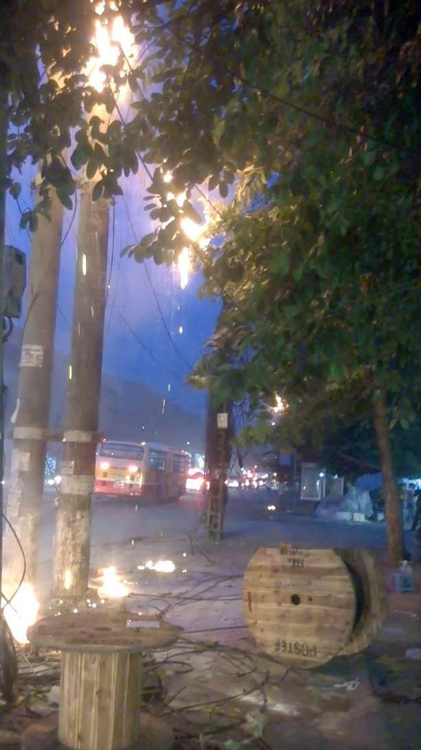 Hà Nội: Cháy cáp viễn thông, người dân hoảng loạn - Ảnh 1