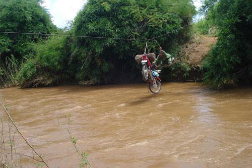 Vượt sông như làm xiếc - Ảnh 2