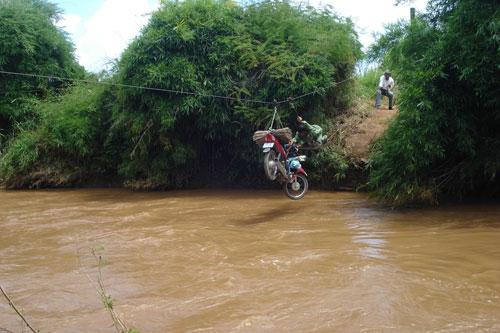 Vượt sông như làm xiếc - Ảnh 3