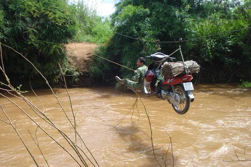 Vượt sông như làm xiếc - Ảnh 6