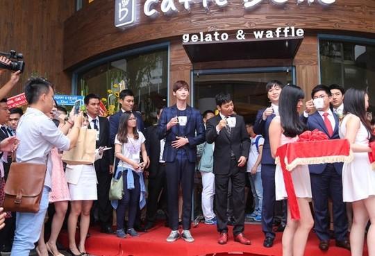 """""""Náo động"""" vì quán cà phê Hàn Quốc khai trương - Ảnh 11"""