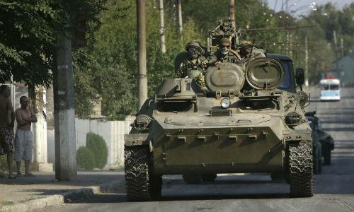 Reuters: Binh sĩ Nga tiến sang Ukraine trên xe bọc thép - Ảnh 1