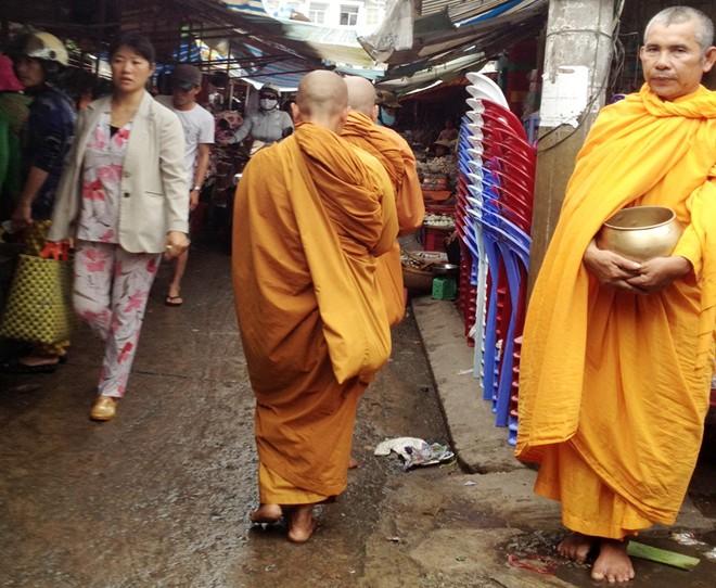 Cạo trọc đầu, mặc áo tu hành đi xin tiền khắp chợ miền Tây - Ảnh 2