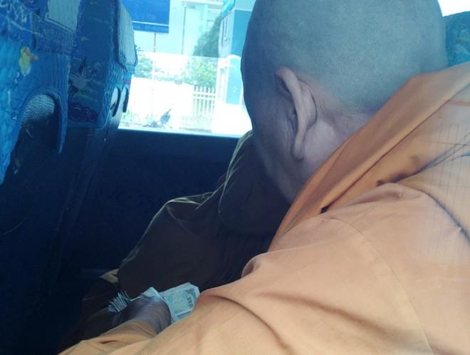 Cạo trọc đầu, mặc áo tu hành đi xin tiền khắp chợ miền Tây - Ảnh 7