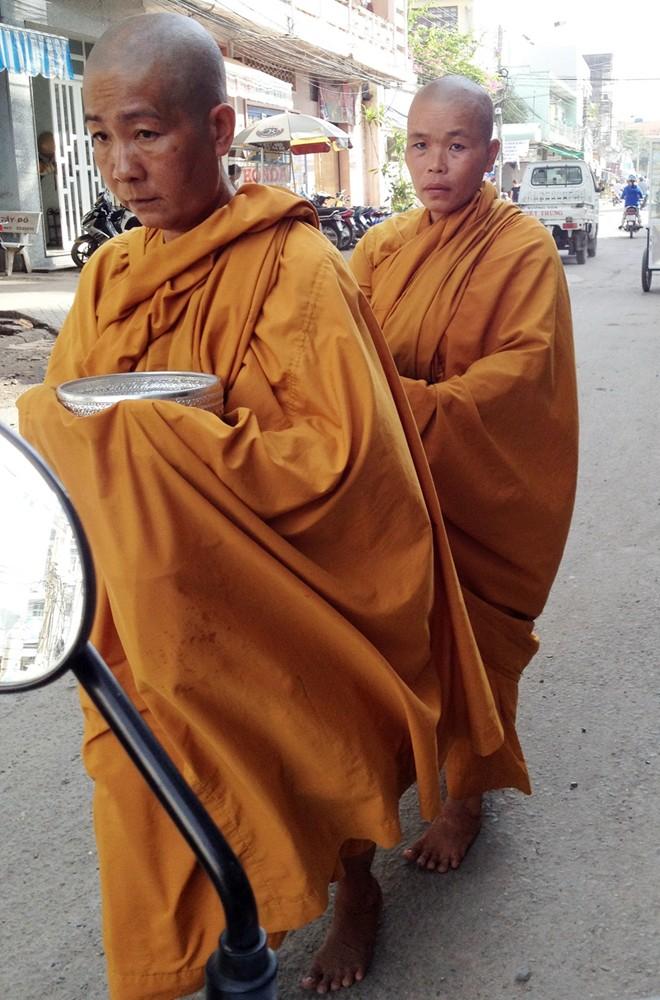 Cạo trọc đầu, mặc áo tu hành đi xin tiền khắp chợ miền Tây - Ảnh 8