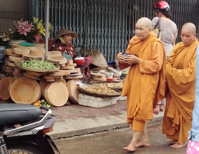 Cạo trọc đầu, mặc áo tu hành đi xin tiền khắp chợ miền Tây - Ảnh 1