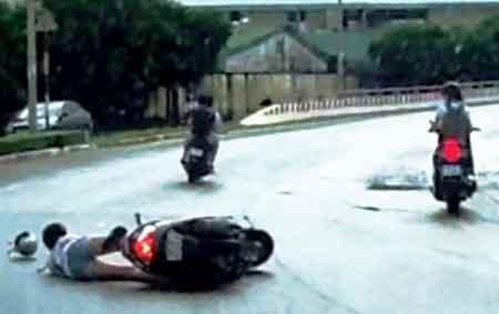 Giằng co túi xách với 2 tên cướp, cô gái ngã xe tử vong - Ảnh 1
