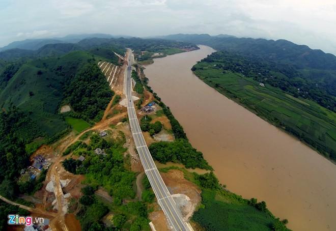 Phong cảnh kỳ vĩ trên tuyến cao tốc dài nhất Việt Nam - Ảnh 11