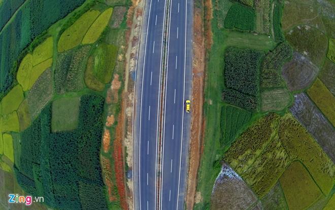 Phong cảnh kỳ vĩ trên tuyến cao tốc dài nhất Việt Nam - Ảnh 13