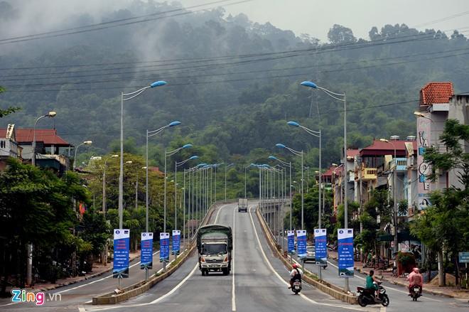 Phong cảnh kỳ vĩ trên tuyến cao tốc dài nhất Việt Nam - Ảnh 1