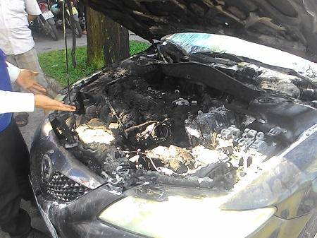 Xe ô tô biển xanh bốc cháy khi đang chạy - Ảnh 2